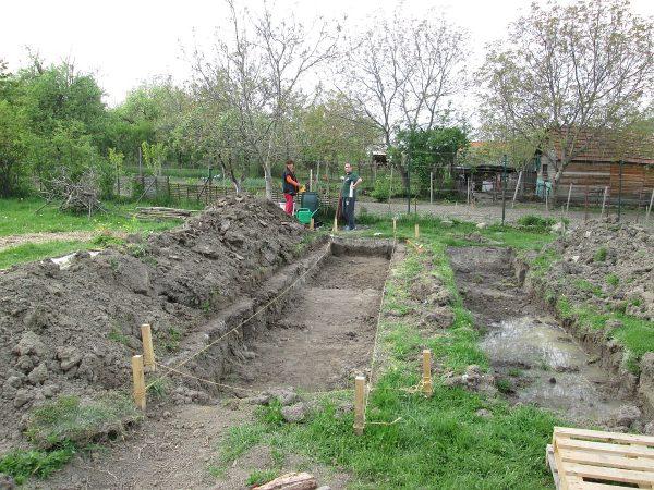 S Marekom sme upravili rovinnosť terénu okolo záhona a jeho hĺbku