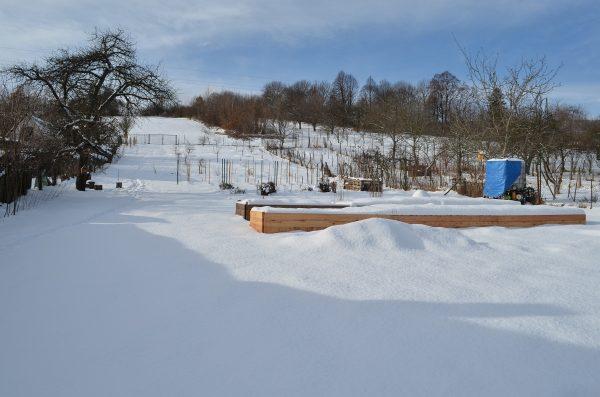 vyvýšené záhony pod snehom